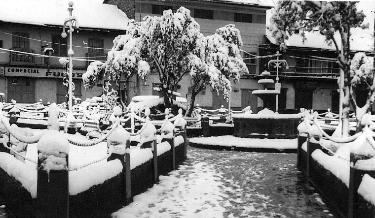 Nuestra plaza de Chaupimarca una mañana nevada y, debajo, un soneto creado por nuestro inolvidable poeta Ambrosio W. Casquero Dianderas ( 4 de abril de 1898 – 29 de mayo de 1942)